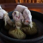 Diese mit Kräuter gefüllten Beutel werden in heißes Öl getunkt und auf den ganzen Körper gestempelt. Eine der angenehmen Behandlungen.